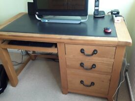 Oak Office desk in excellent condition.
