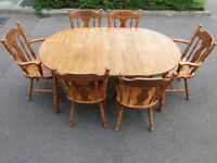 Oak extending dining table with 6 chairs (2 carvers) - Can deliver