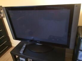 "42"" Hitachi Plasma TV - HDMIx2/AVIx5/VGA/RGB/USB Inputs with Remote-Controlled Rotatable Stand"