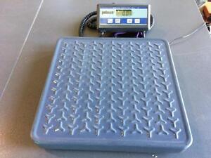 Balance Pelouze model 4010, capacité 150 lbs -- Pelouze model 4010, 150lbs capacity scale.
