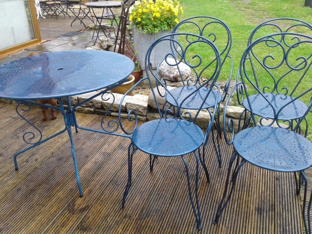Vintage round french metal garden table and 4 armchairs for Metal patio table and 4 chairs