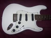 Fender Squier Deluxe Hot Rails Stratocaster Electric Guitar + Gig Bag. / Arctic White.