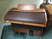 Vintage Viscount cabaret de-lux electric organ. In working order but needs a little attention.
