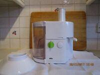 A Braun SJ3000 Spin Juicer, 0.5 litre, 600 watt in white. Excellent condition.