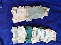 19 pieces - Tiny baby onesies and sleepsuits