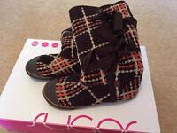 Size 5 sugar boots like new condition in original box
