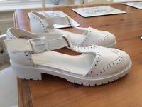 New size 5 women's sandals