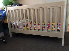 Mamas and Papas cot bed very good condition RPR: £350