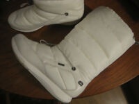 Get ready for winter! Clarks Gore Tex women's snow boots in white with a furry interior. Size 7D
