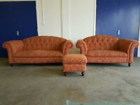 FABRIC CHESTERFIELD STYLE DEEP BUTTONED BACK SUITE SET 3 SEATER SOFA / SETTEE 2 SEATER & FOOTSTOOL