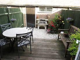 Great 2 Bedroom Flat With Private Courtyard Garden in Raynes Park 5 Minutes To The Station !!!!1