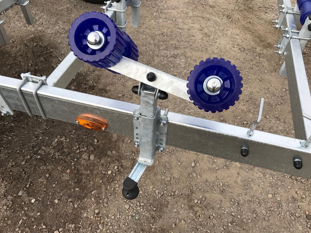 Boat support spindle fitted with 4 wheel rollers