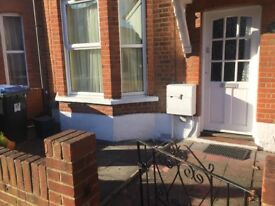 3 bed terraced house to rent Walton road Woking, surrey - Fully Furnished DSS Welcome