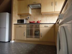 4 Beds Large house for family / professional share