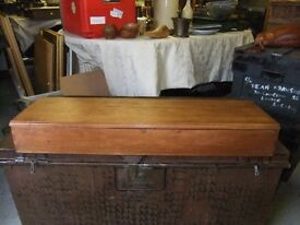DRESSER / DESK TOP BOX / CHEST WITH HINGED TOP LID MADE OF SOLID WOOD IN GOOD CONDITION £35