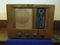 Vintage Bush radio, with wooden case and bakelite knobs, made in England, 1940s