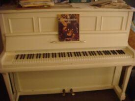 White piano,