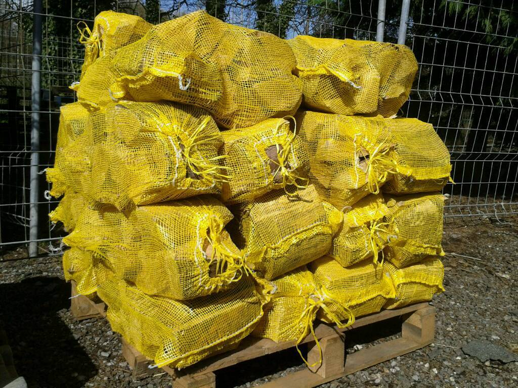 Firewood logs 30 netsin Southampton, HampshireGumtree - 30 nets seasoned firewood for £99Bulk bags £69 one or two bags for £130Kindling £2 per bagFree delivery up to 10 miles from SO19 6JL