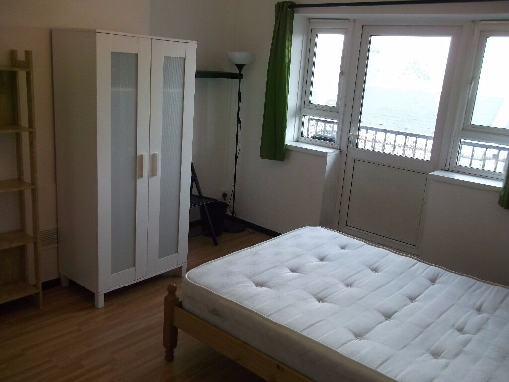 2 Lovely Double Rooms - Available Now - 5 mins from Bank Station on DLR