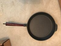 Cast Iron Frying Pan 28 cm Pre-Seasoned Wooden Handle
