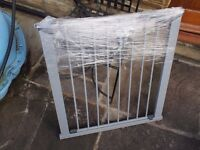 Pressure fit baby safety gate