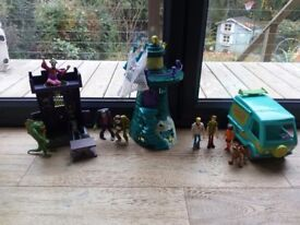 Scooby doo mystery machine, frighthouse, terror tower and figures.