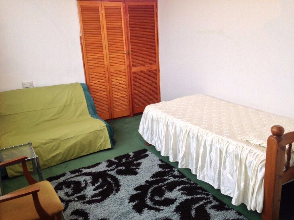 LadysOwnersHouse Double Rooms ShareSittingRoomKitchenBathShowerGarden IncludesBillsNet VeryNearTube