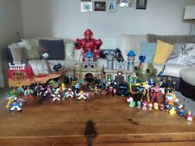 Mix lot of figures, castle, pirates and robot.