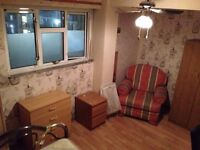 BIG DOUBLE ROOM AVAILABLE IN WHITECHAPEL/SHADWELL ZONE 1 URGENTLY!