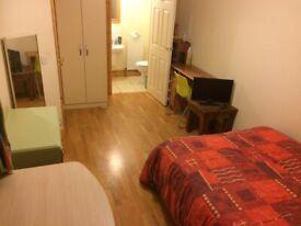 DOUBLE room, EN-SUITE shower and WC in Stranmillis Village