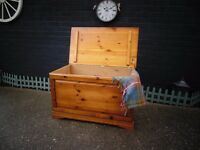 EXTRA LARGE SOLID PINE FARMHOUSE BLANKET BOX PROPER CHUNKY ONE IN EXCELLENT CONDITION