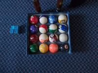 1 SET OF POOL BALLS & 2 CUES WITH CASES