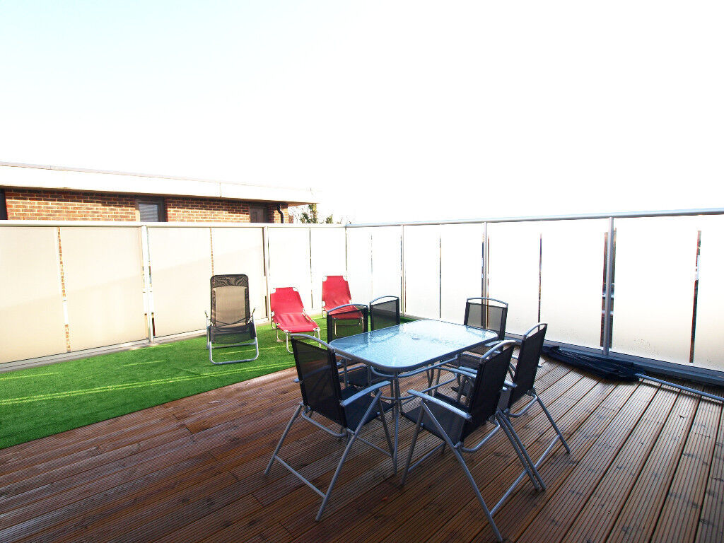 An incredible 2 bedroom 2 bathroom top floor penthouse with roof terrace and balcony overlooking FP