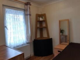 Short term room to let, 12 mins walk to Raynes park Station