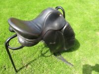 Dressage Horse Saddle in excellent condition in unmarked black leather 17.5'' 250 size