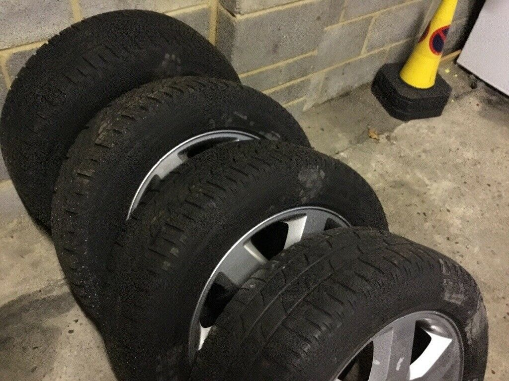 SET OF DISCOVERY 3 TDV6 HSE WHEELS WITH WINTER TIRES FROM A 2008 £300 WINDSOR M4 JUNCTION 5 OR 7
