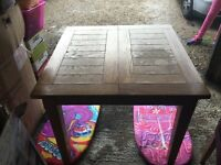 Extending oak veneer dinning table with 4 faux brown leather chairs