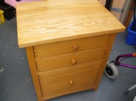 SMALL SOLID WOODEN 3-DRAWER CHEST
