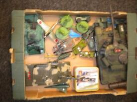 A LARGE LOT OF ARMY AND AIRFORCE TOYS