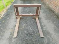 Tractor front loader pallet forks with backplate with quickie brackets