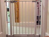 Childrens squeeze handle safety gate