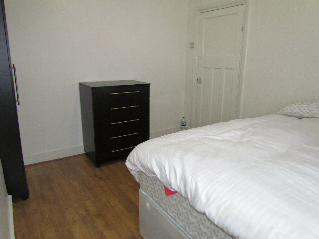 ** NEWHAM**DOUBLE ROOM TO RENT WITH SEPARATE LOUNGE NEAR 20 MIN TO CITY CENTER £105PER WEEK
