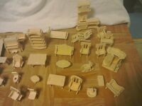 Wooden dolls house furniture. 32 pieces.