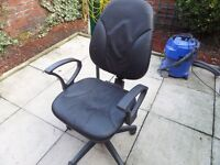 OFFICE / COMPUTER SWIVEL CHAIR WITH ARM RESTS
