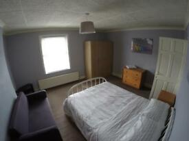 Very large double bedroom, Perfect location, Sutton, Greater London, SM1