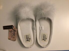 NEW with tag * HOUSE CLEARANCE * Love to lazy ladies fluffy slipper white Feather Pom Pom size 5-6