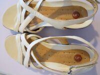 Clarks UN Structured Sandals Size 5.5D
