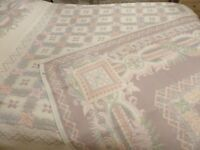 NEW REVERSIBLE BEDSPREAD CREAM, PINKS & GREEN DOUBLE KING SIZE BED HEAVY QUALITY
