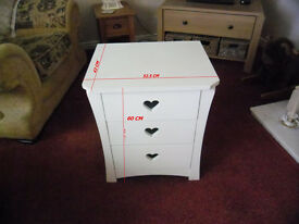 SMALL White chest of three drawers,ideal for baby/child/teenager.. used but in nice condition