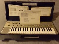 YAMAHA Portasound PC 100 keyboard. Battery/mains with teaching prog.